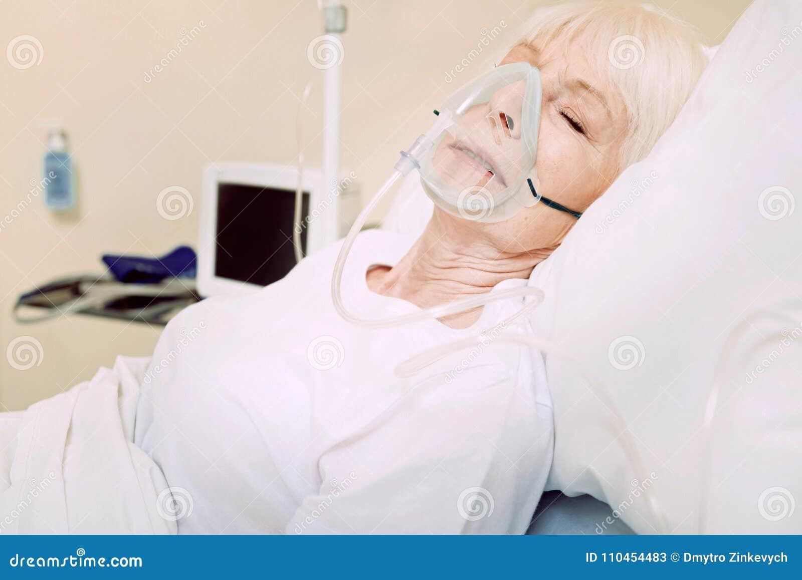 Fattig hög dam som bär respiratorisk service på sjukhuset