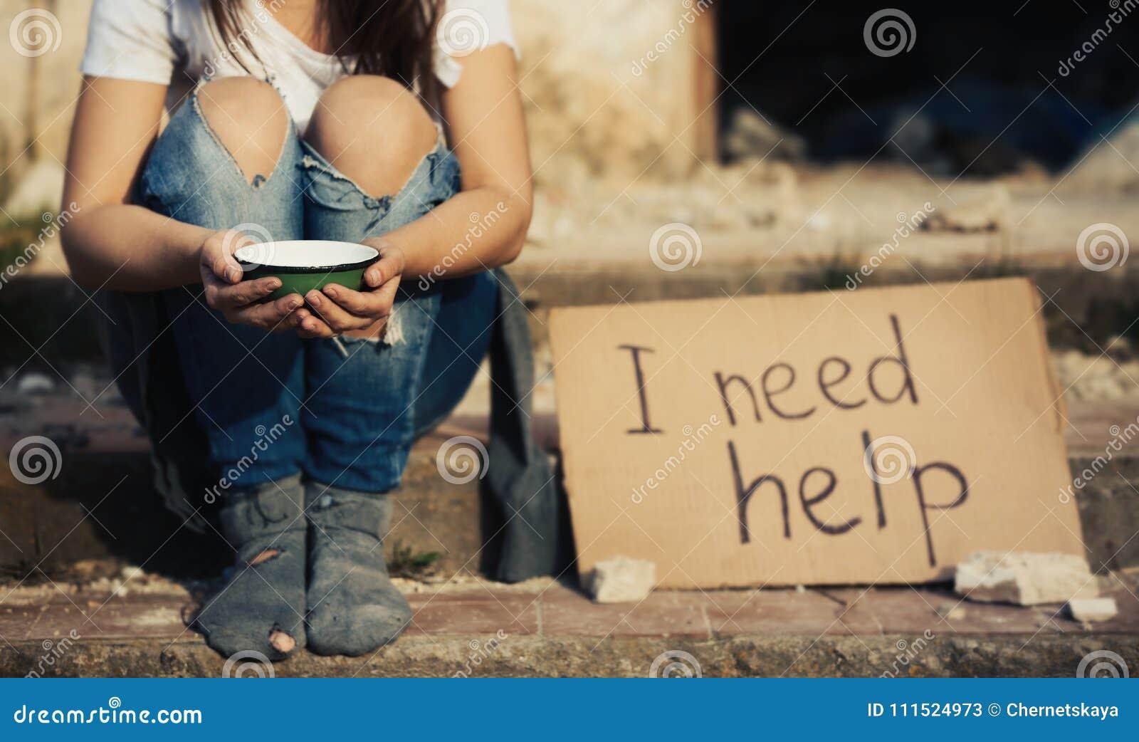 Fattig kvinnatiggeri för hjälp