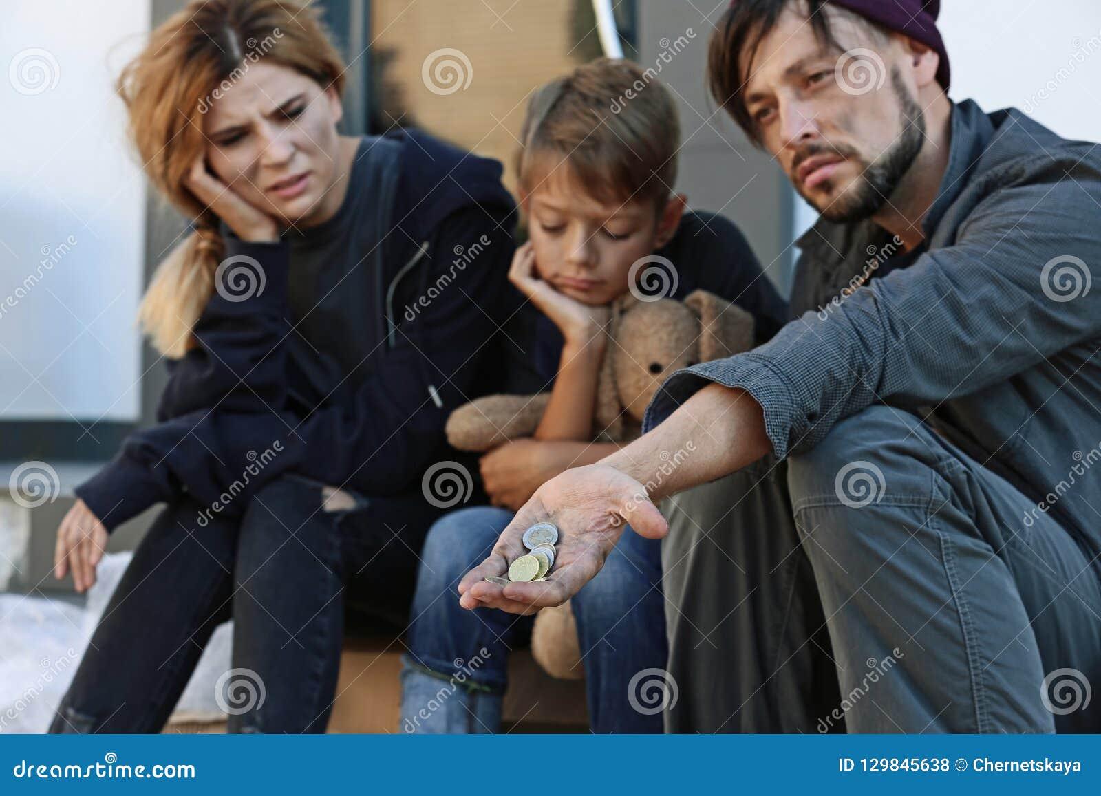 Fattigt hemlöst tigga för familj