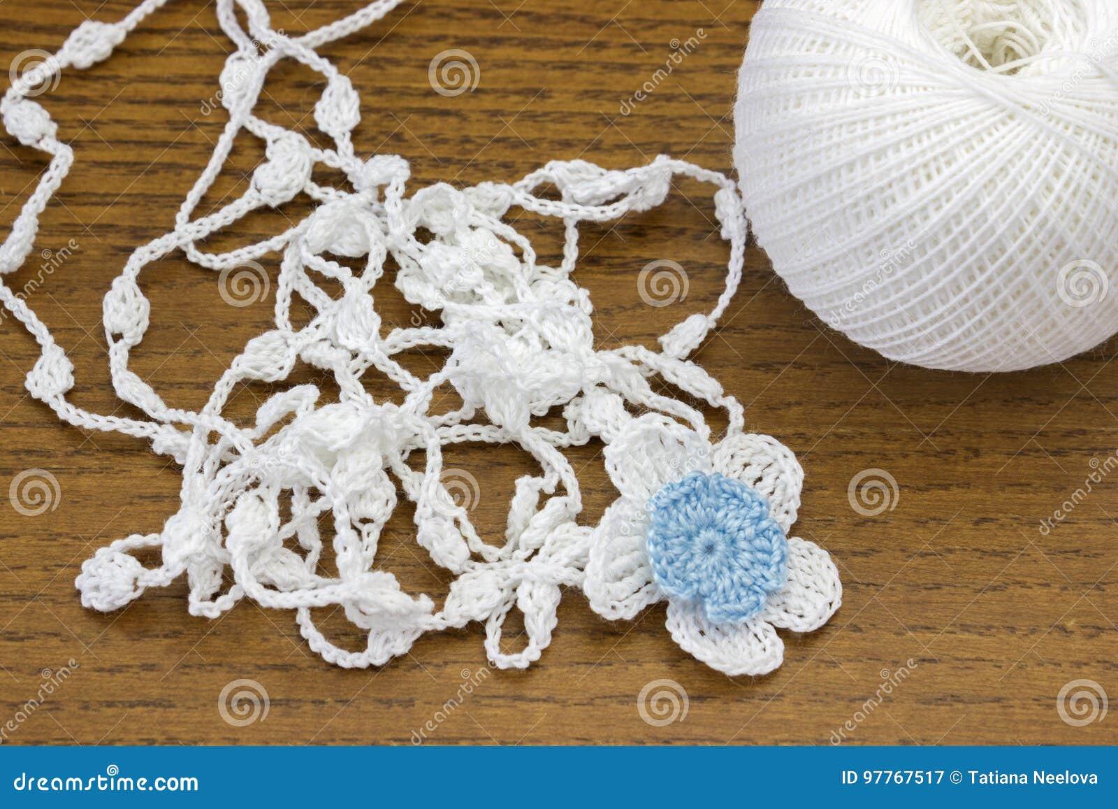Fatto A Mano Lavori Alluncinetto La Catena Di Bianco E Un Fiore Blu