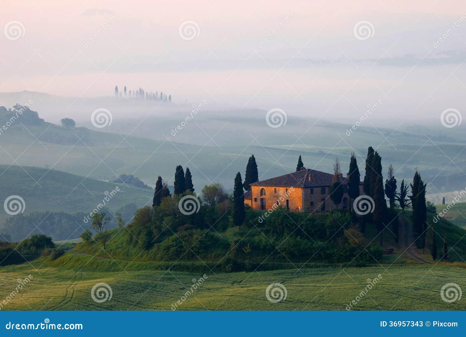 Fattoria in foschia della Toscana di mattina