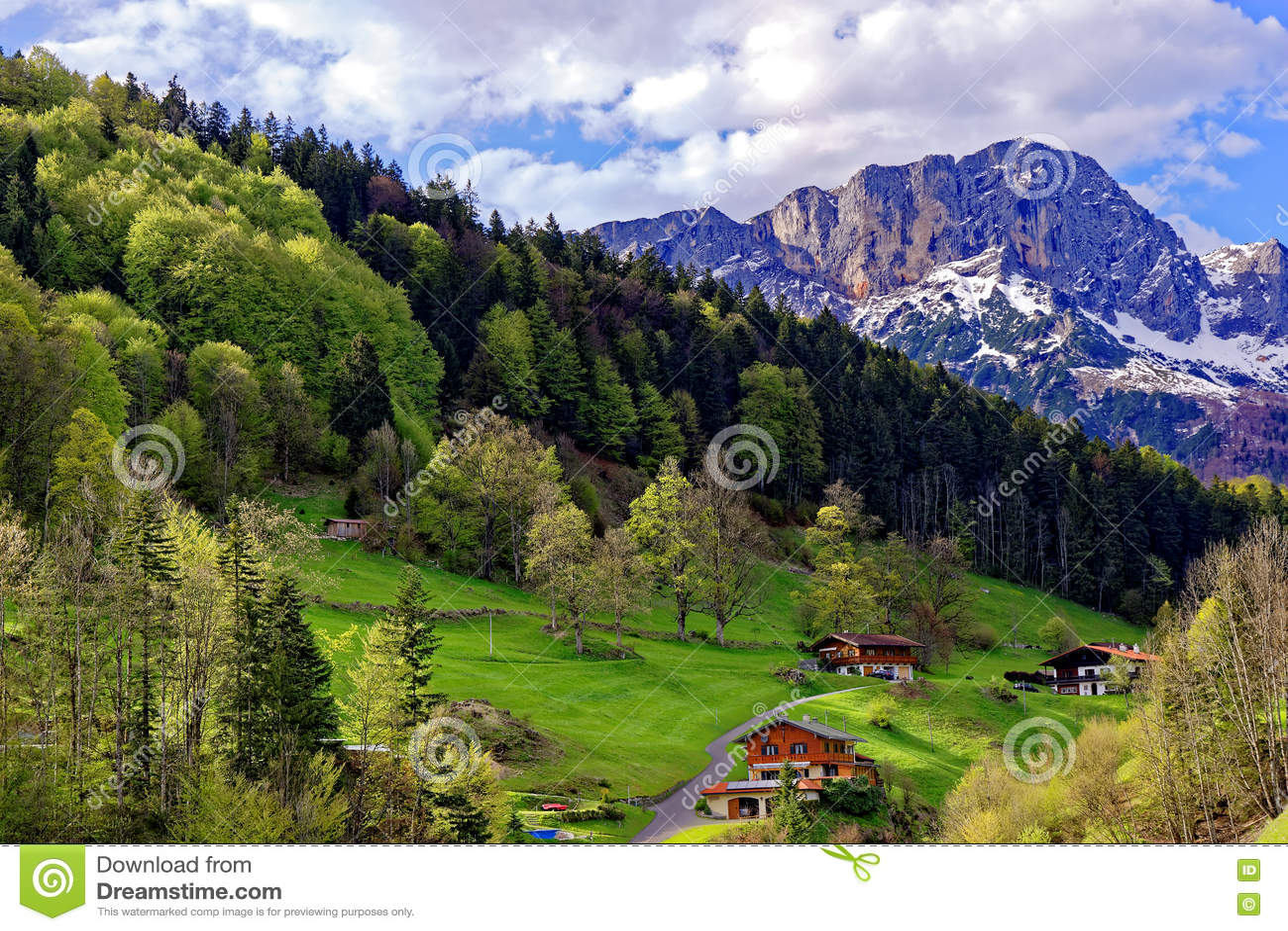 Fattorie nel paesaggio scenico al massiccio di Untersberg