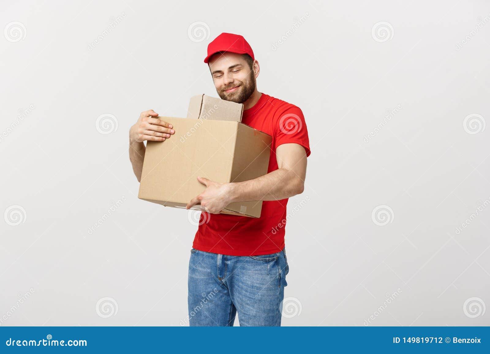 Fattorino del ritratto in cappuccio con funzionamento rosso della maglietta come il corriere o commerciante che tiene due scatole