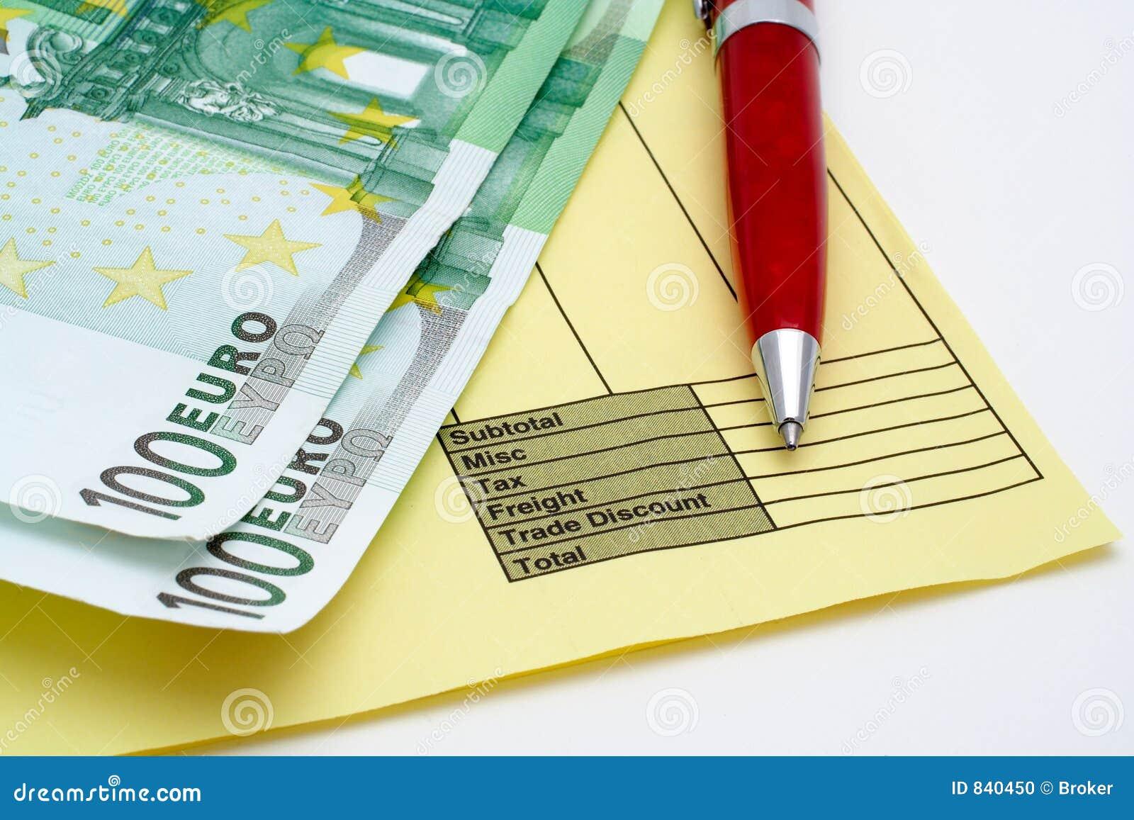 Fattura in bianco con la penna ed i soldi (euro)