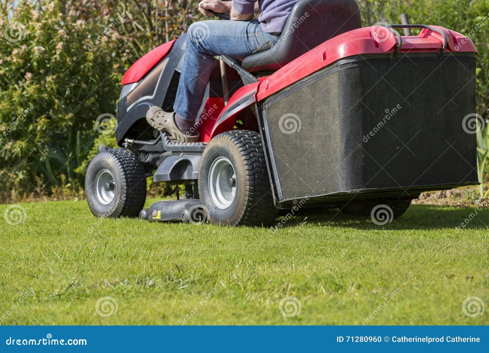 Fauchage de la pelouse avec le tracteur