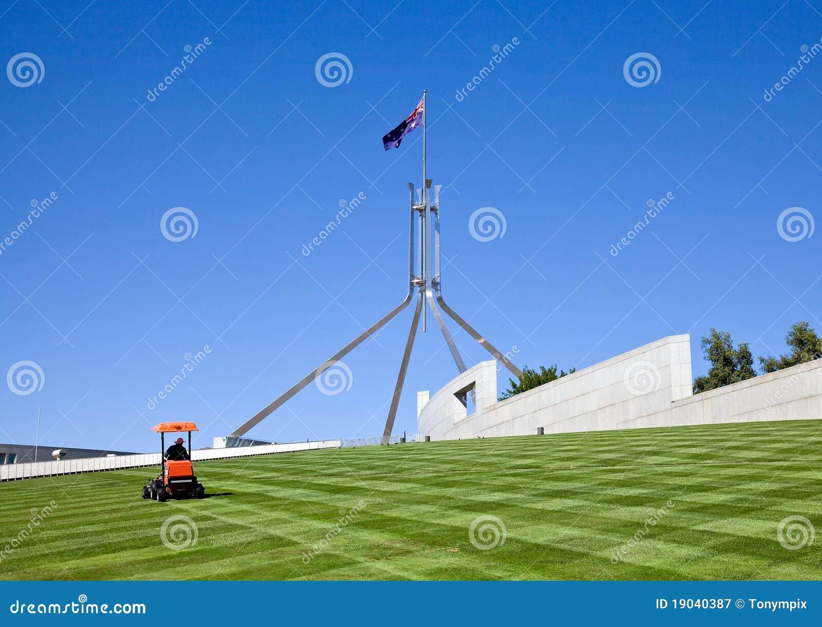 Fauchant la pelouse qui couvre le toit du Parlement