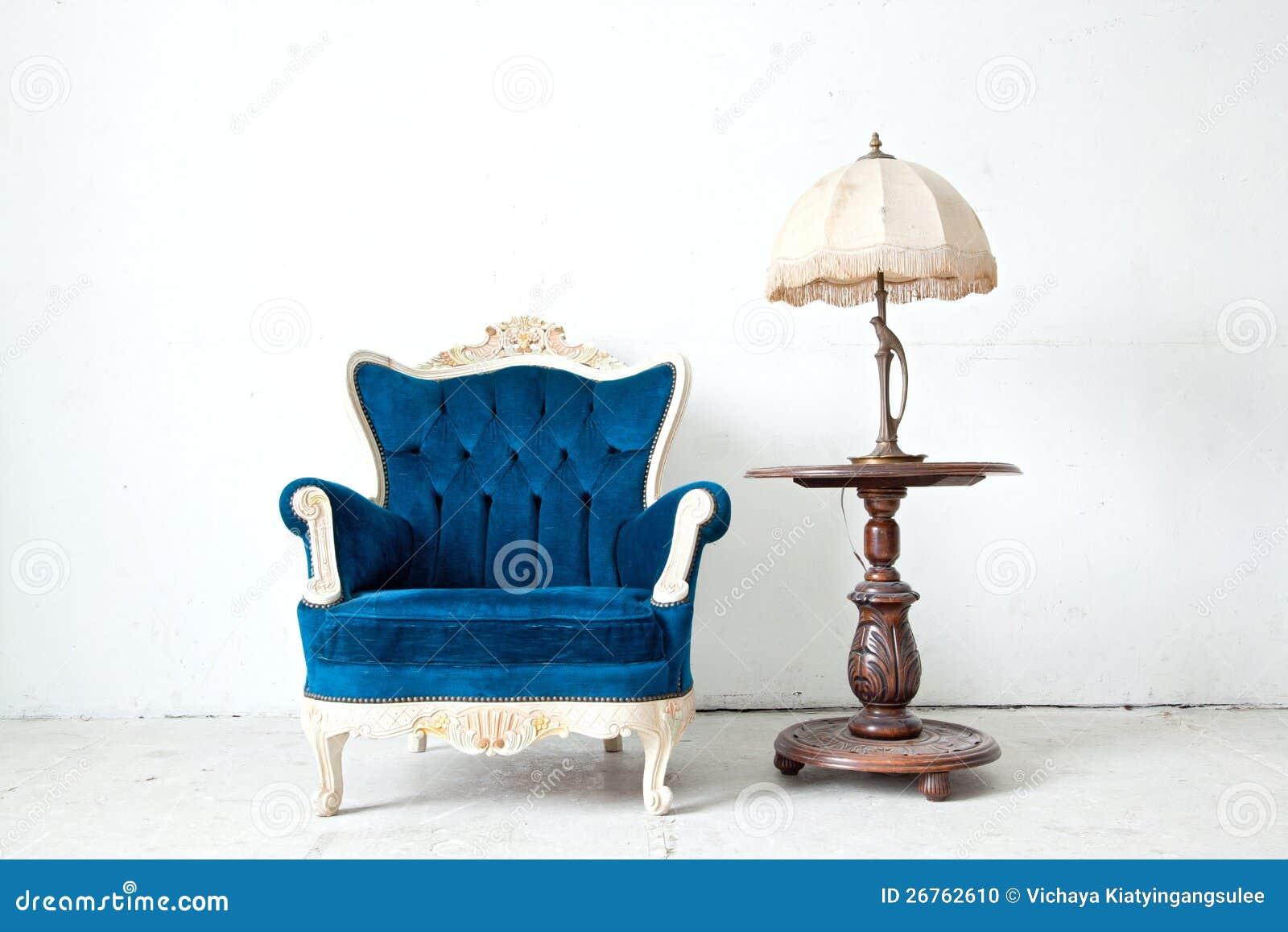 Fauteuil avec la lampe de bureau dans la chambre de cru for Divan 2 lampe