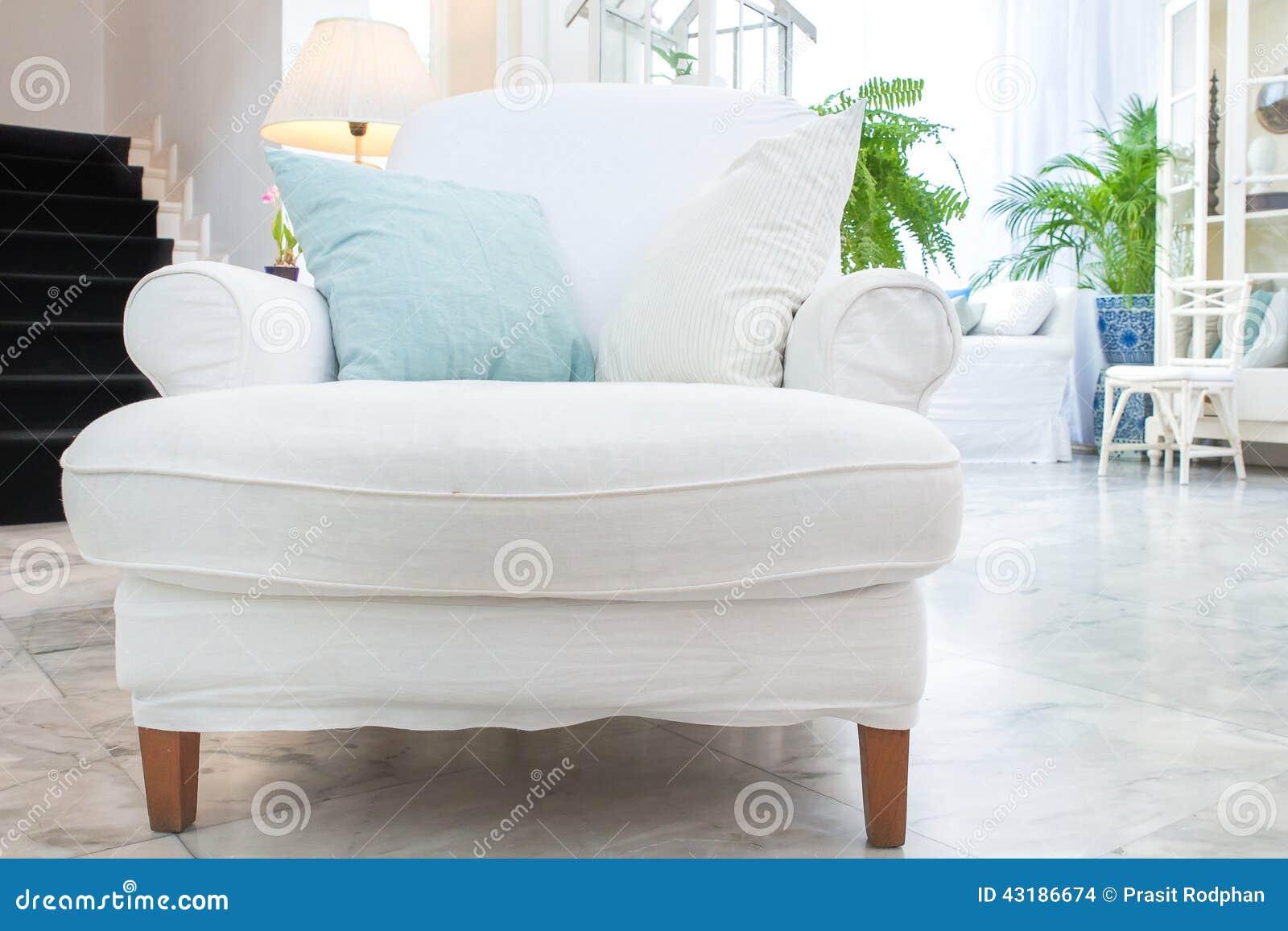 Fauteuil Blanc Avec L oreiller Dans Le Salon Style De Vintage