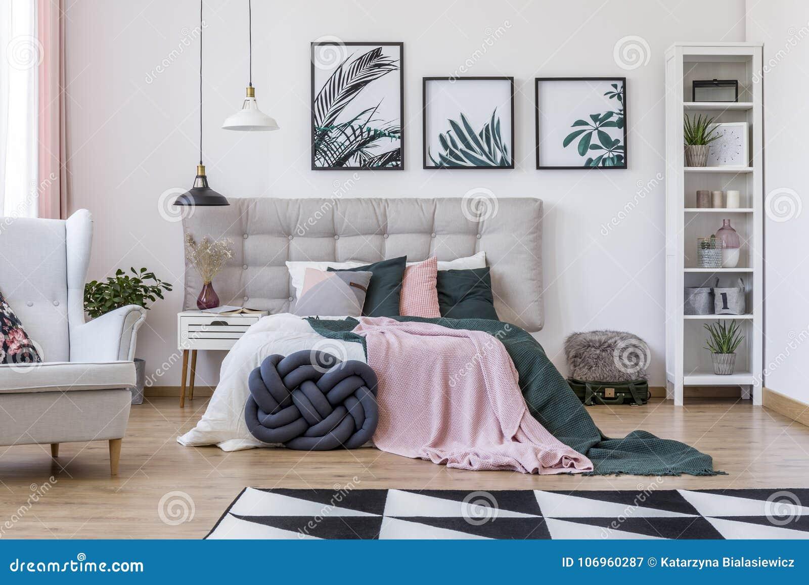 Fauteuil Dans La Chambre à Coucher Confortable
