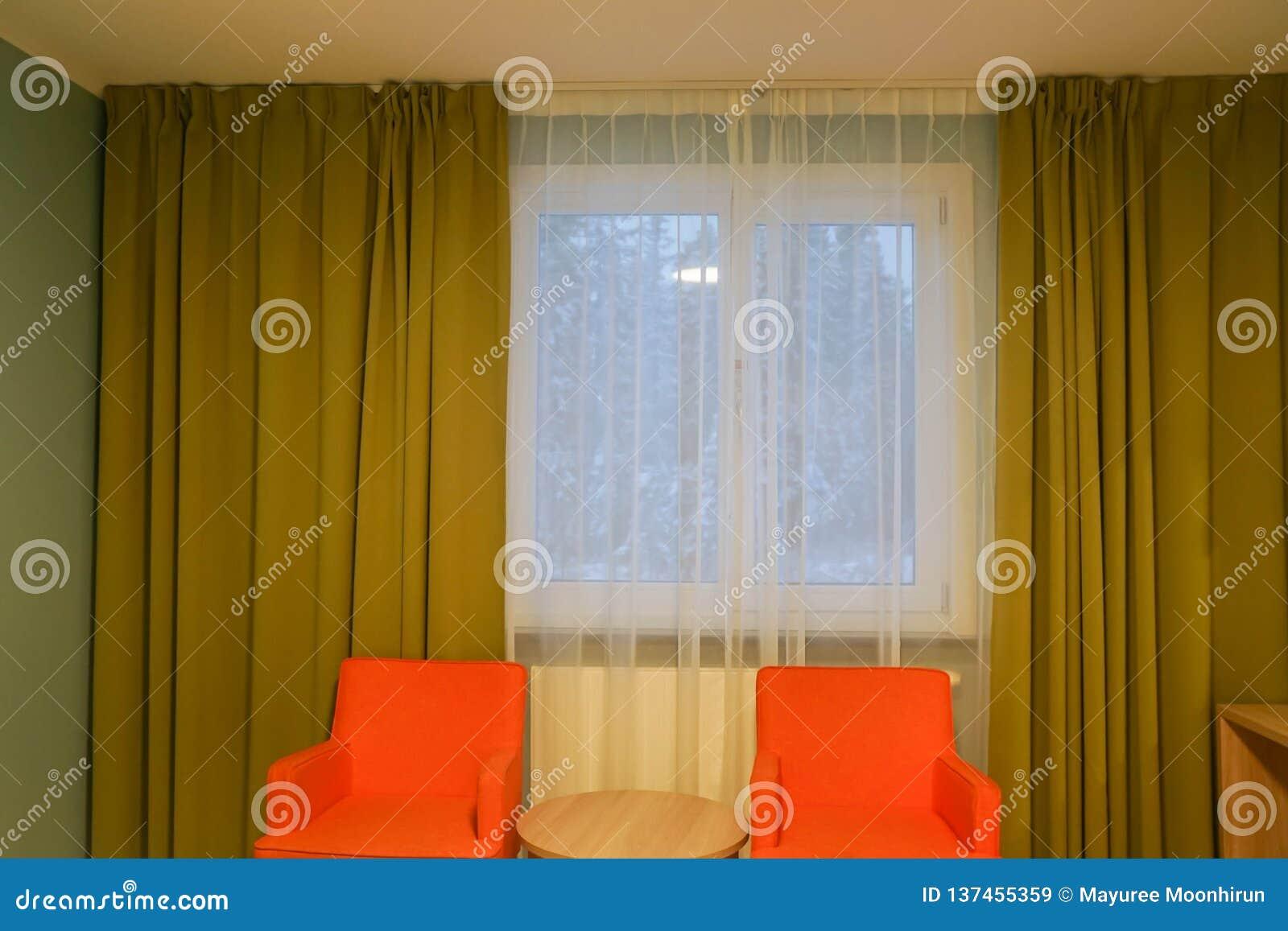 Fauteuil Orange D Intérieurs De Chambre à Coucher D Hôtel Avec Le Rideau  Vert Et Transparent