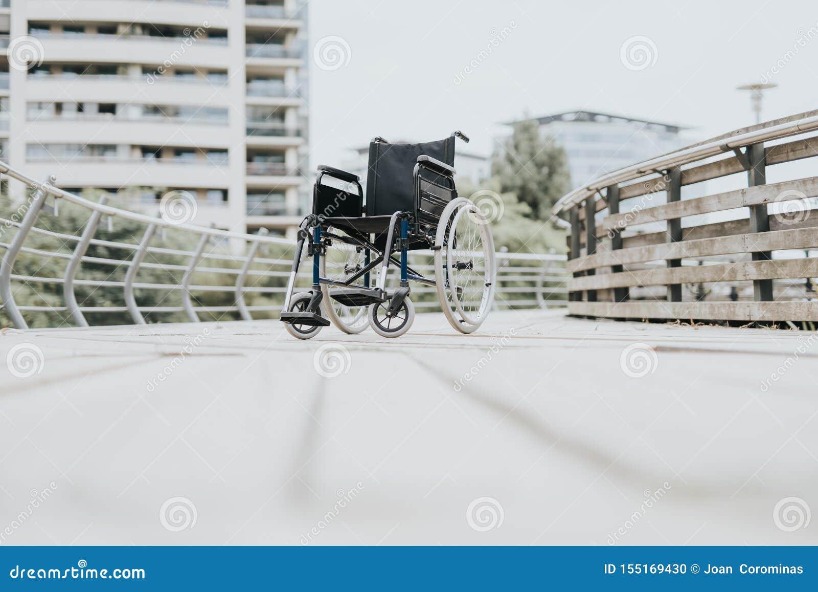 Fauteuil roulant en parc de ville