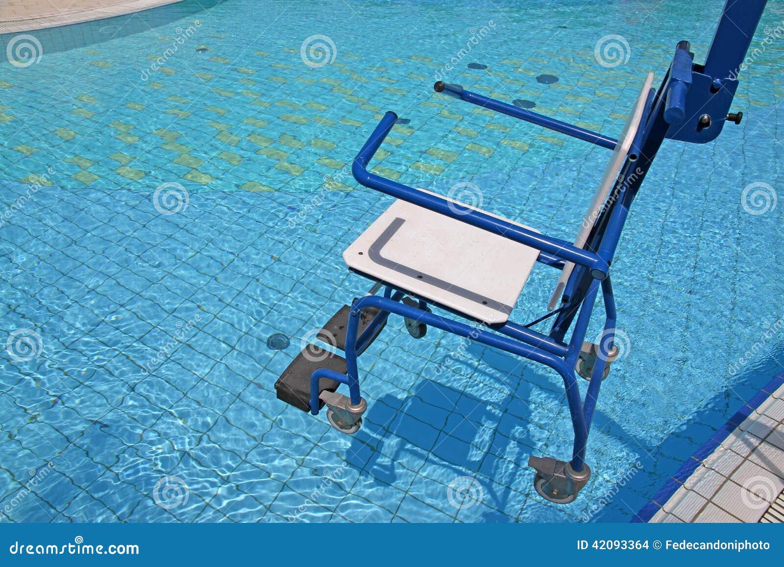Fauteuil roulant pour l 39 handicap dans la piscine photo for Piscine pour handicape moteur