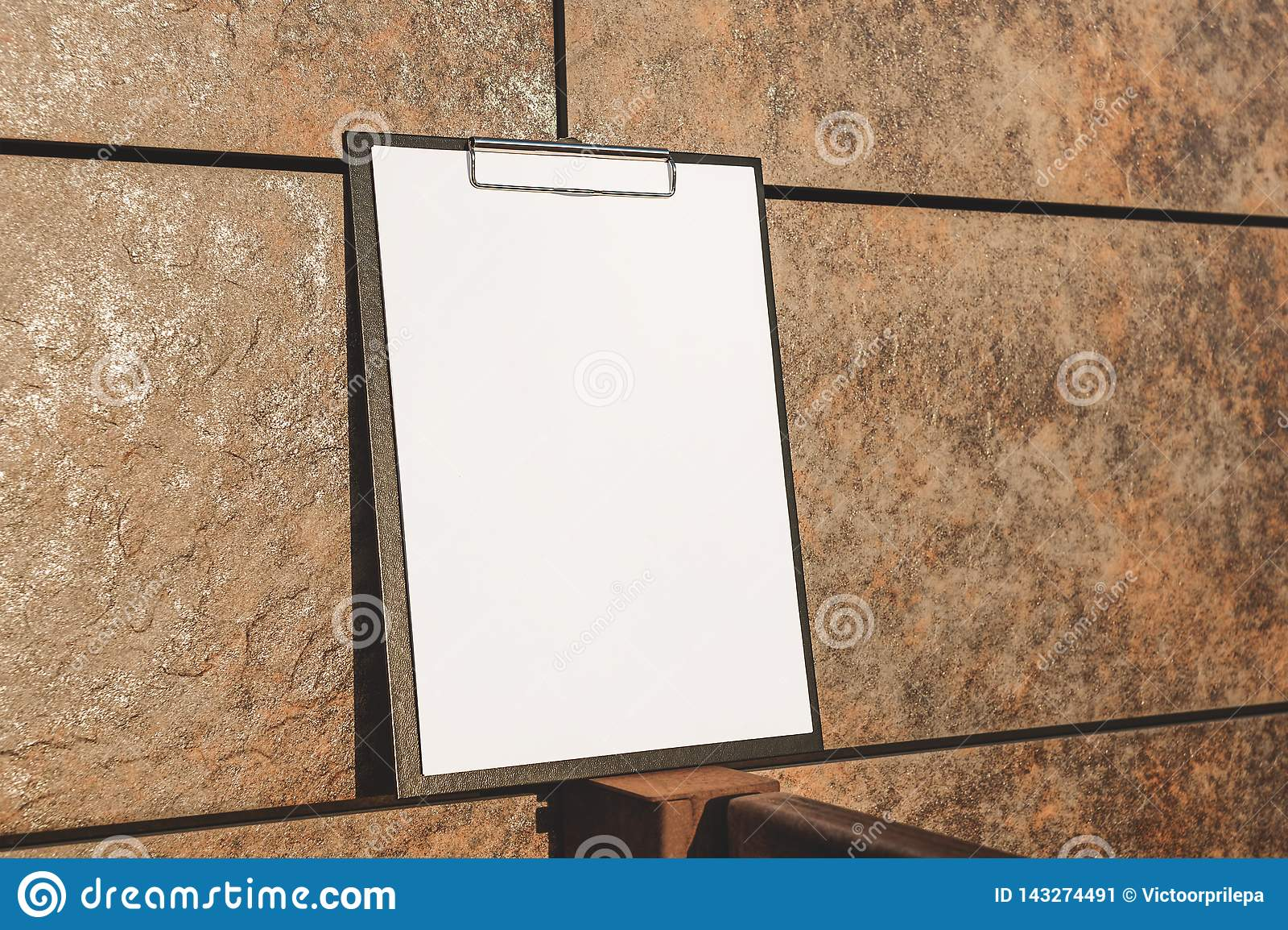 Faux du comprimé pour le papier contre le mur