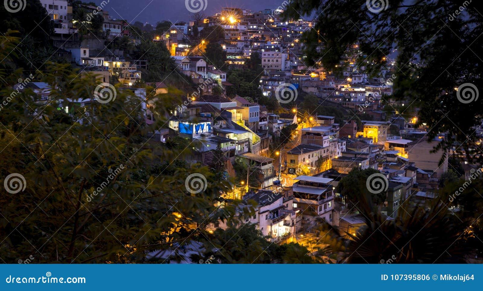 Favela i Rio de Janeiro vid natt