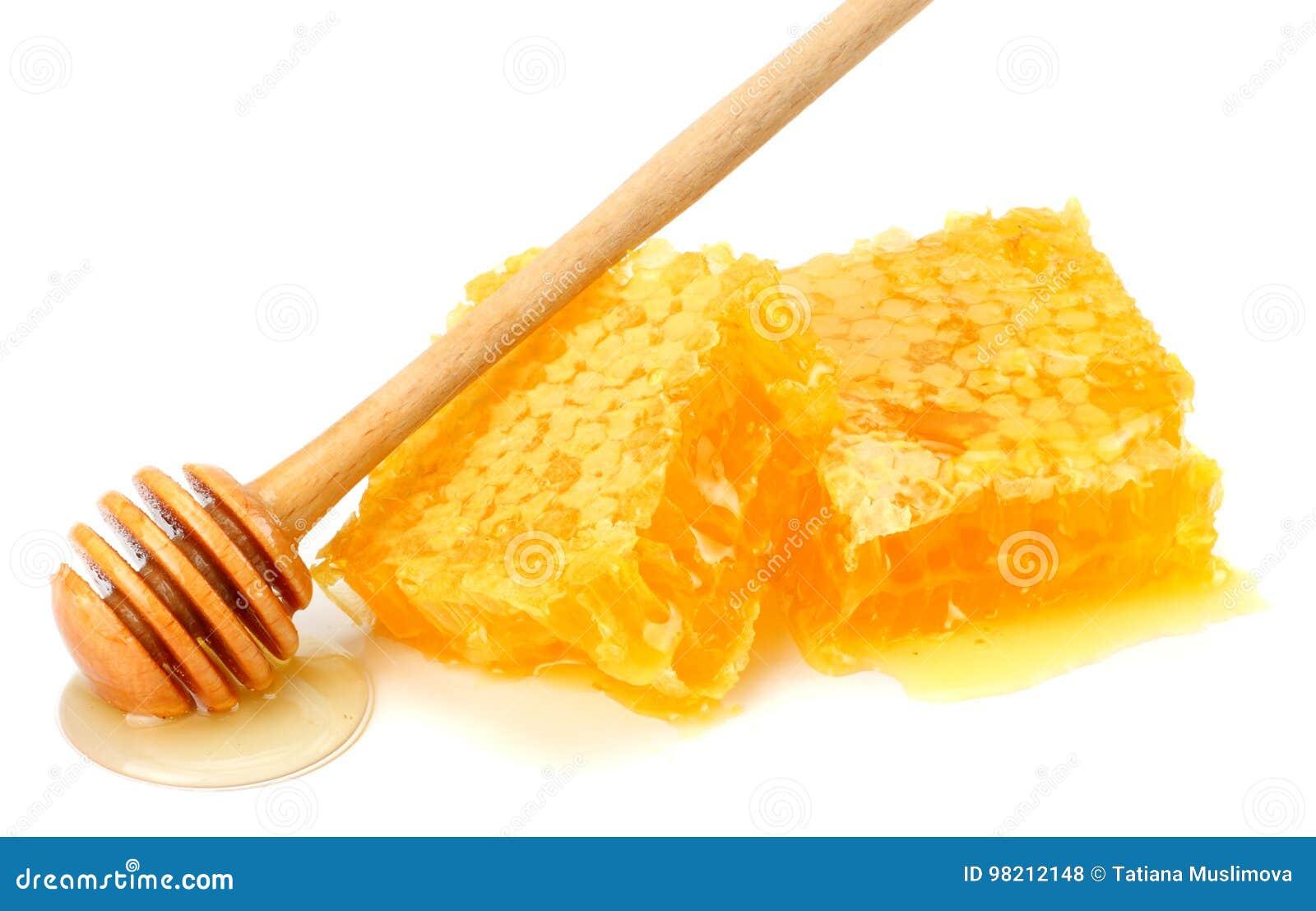Favo de mel com dipper do mel e mel isolado no fundo branco