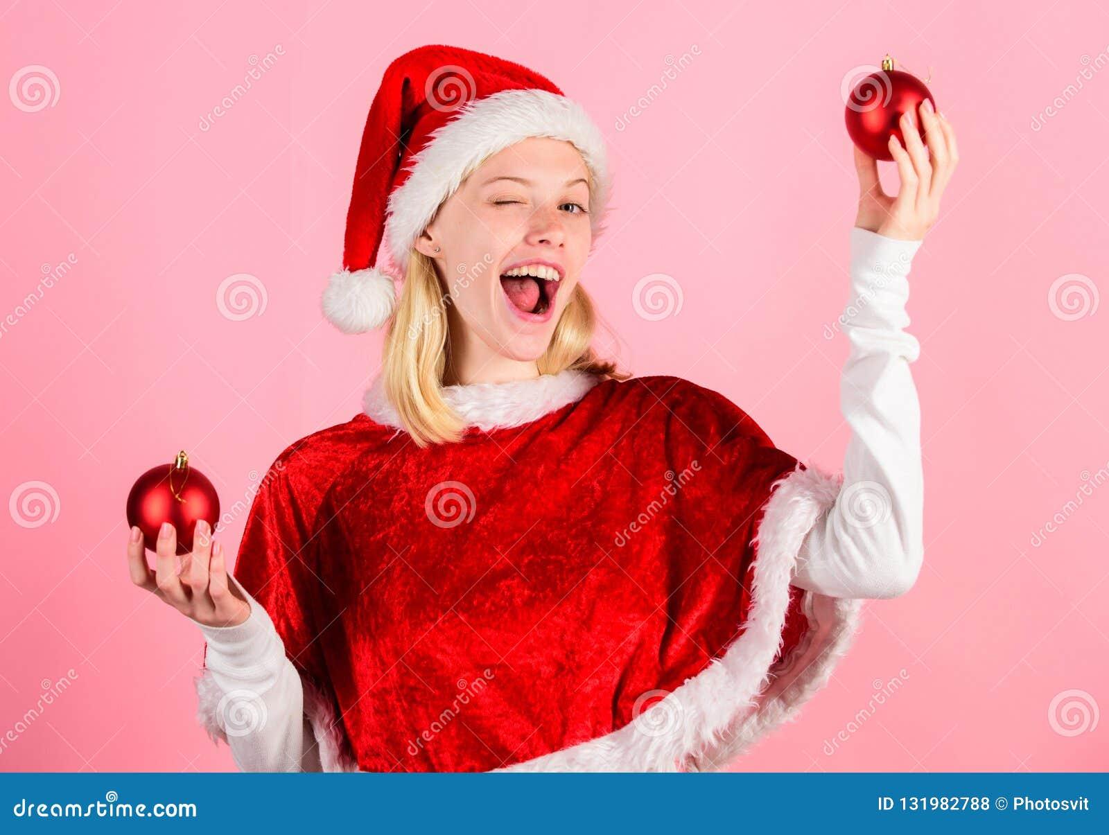 Favorit- tidårsjul Klädersanta för flickan firar den lyckliga dräkten bakgrund för dekoren för julhållbollen rosa glatt