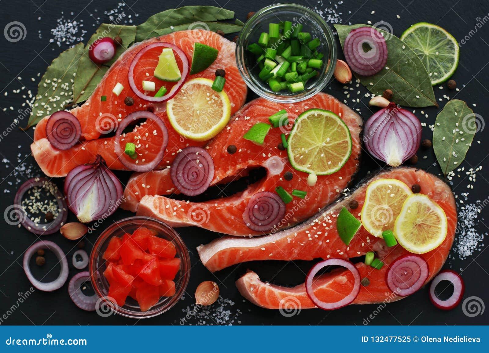 Faw polędwicowy czerwieni ryby łosoś z pikantność na ciemnym tle, odgórny widok
