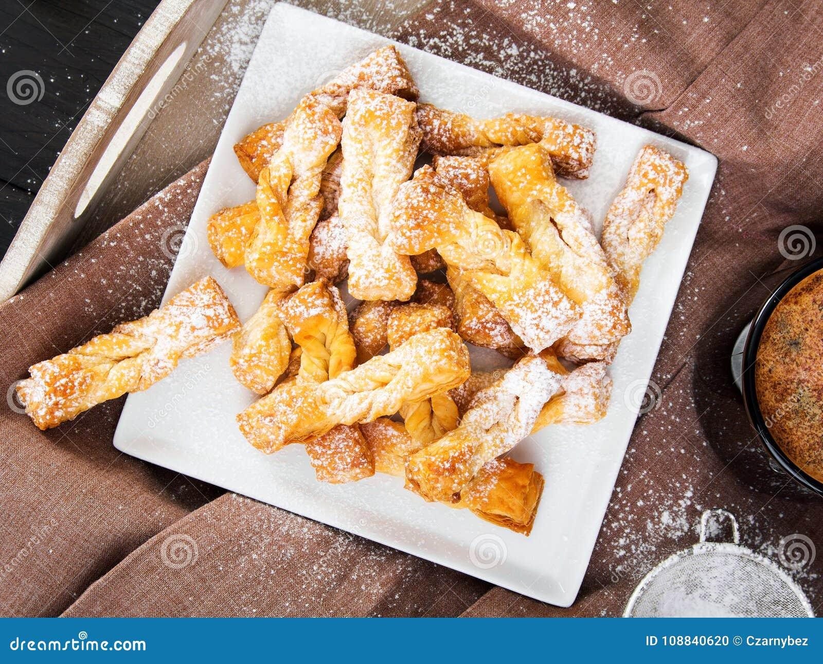 Faworki - traditionella polska kakor som tjänas som på feta torsdag