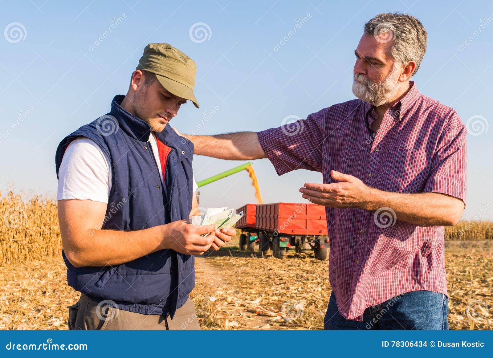 Fazendeiro após a colheita do milho