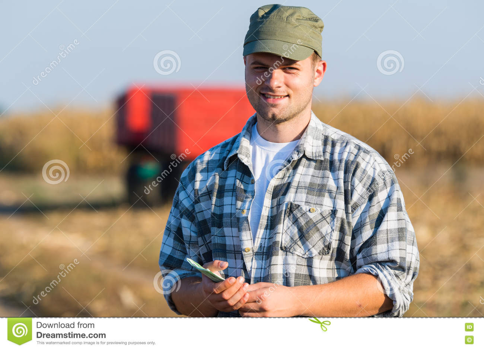 Fazendeiro feliz após a colheita do milho