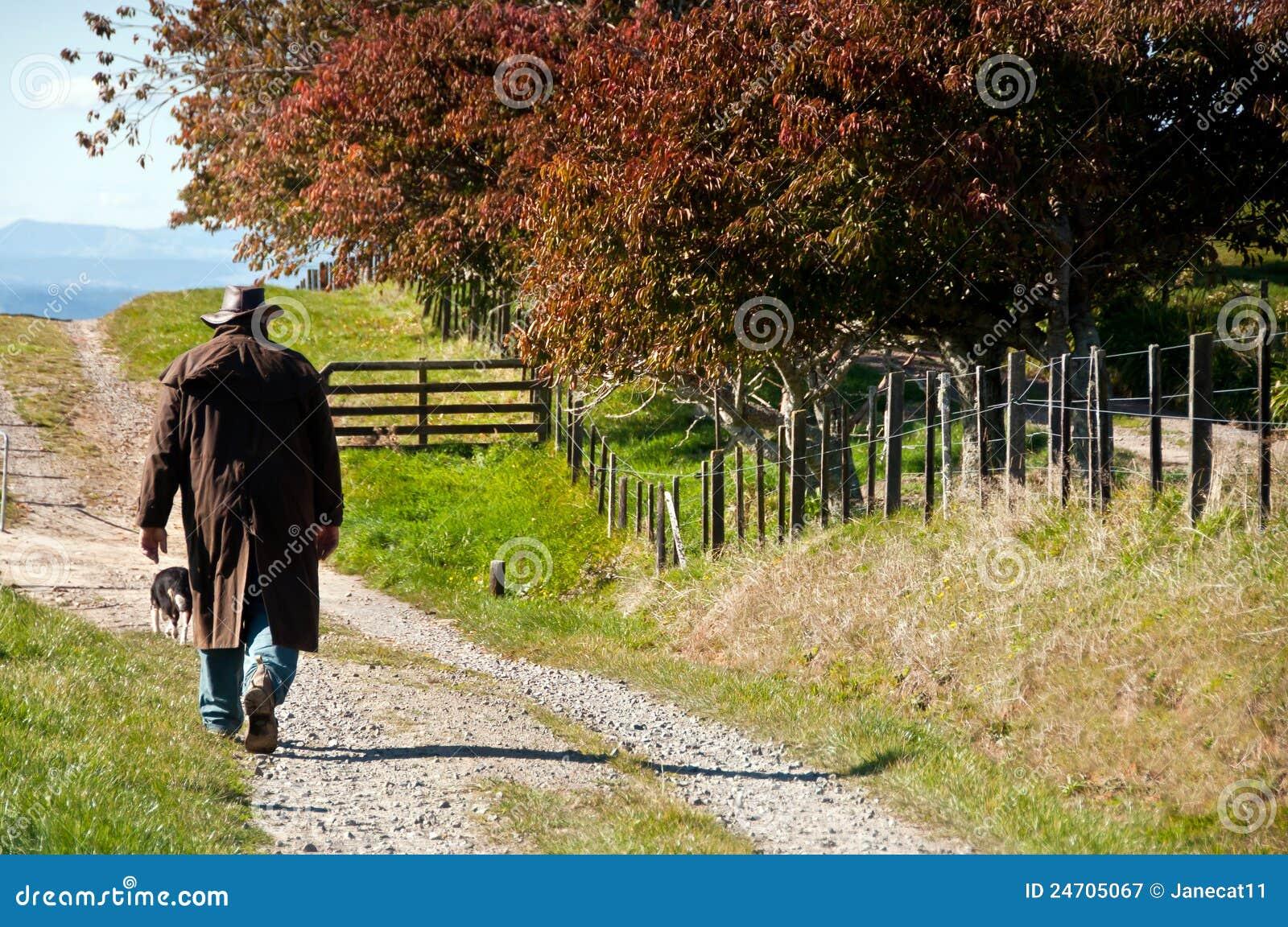Fazendeiro que anda em sua exploração agrícola