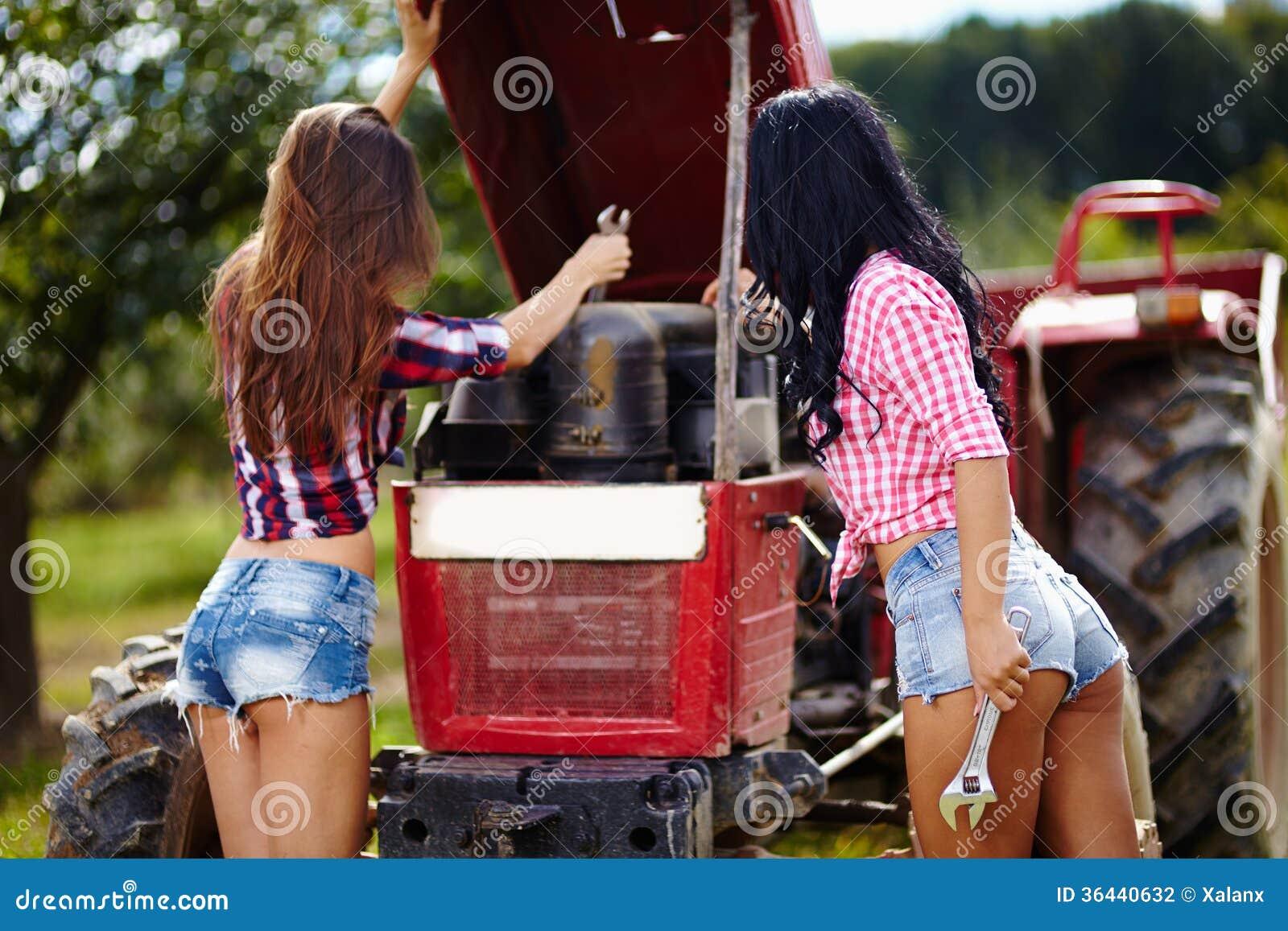 http://thumbs.dreamstime.com/z/fazendeiros-f%C3%AAmeas-sexy-que-fixam-o-trator-36440632.jpg