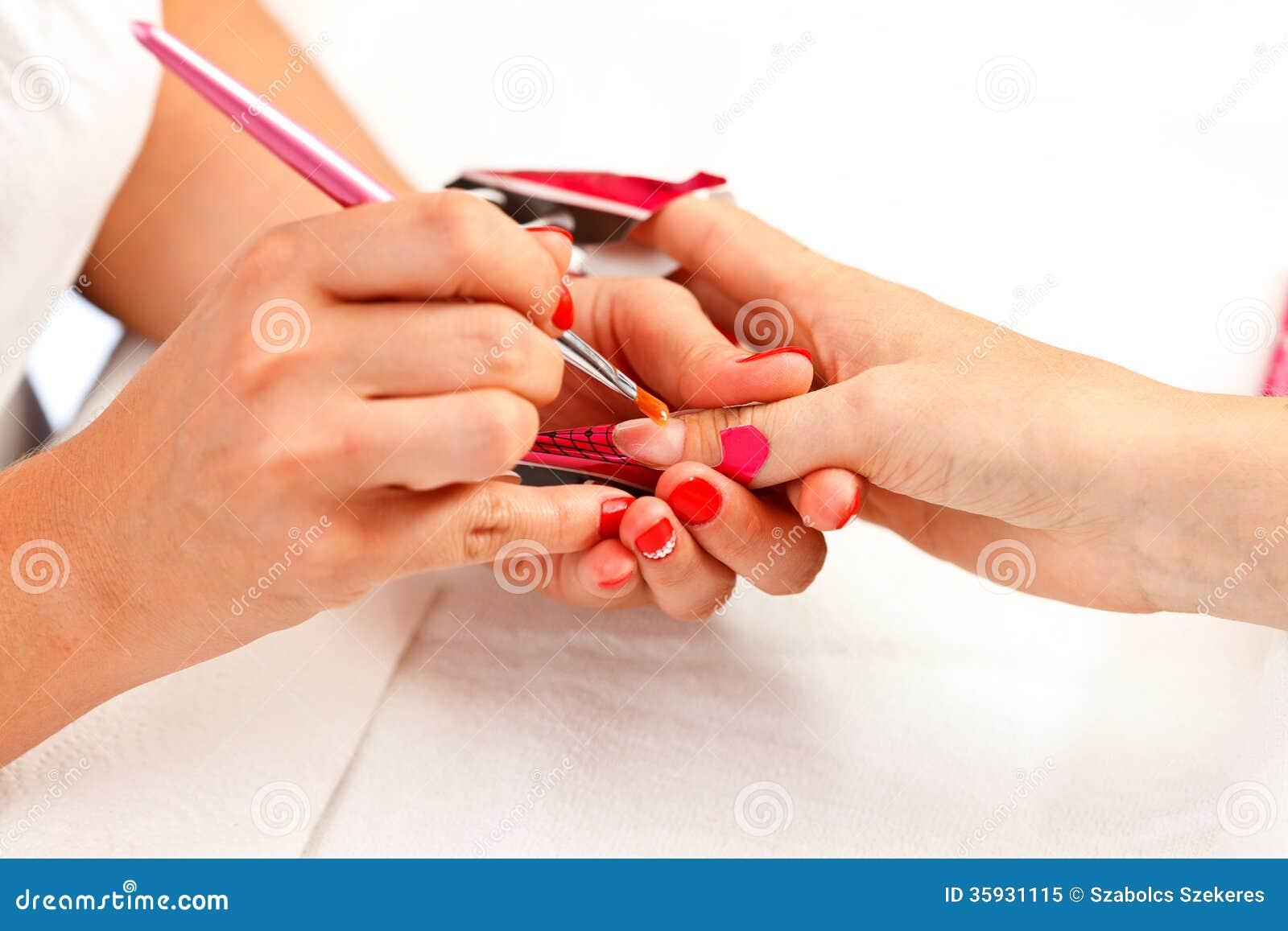 Fazendo as unhas acrílicas