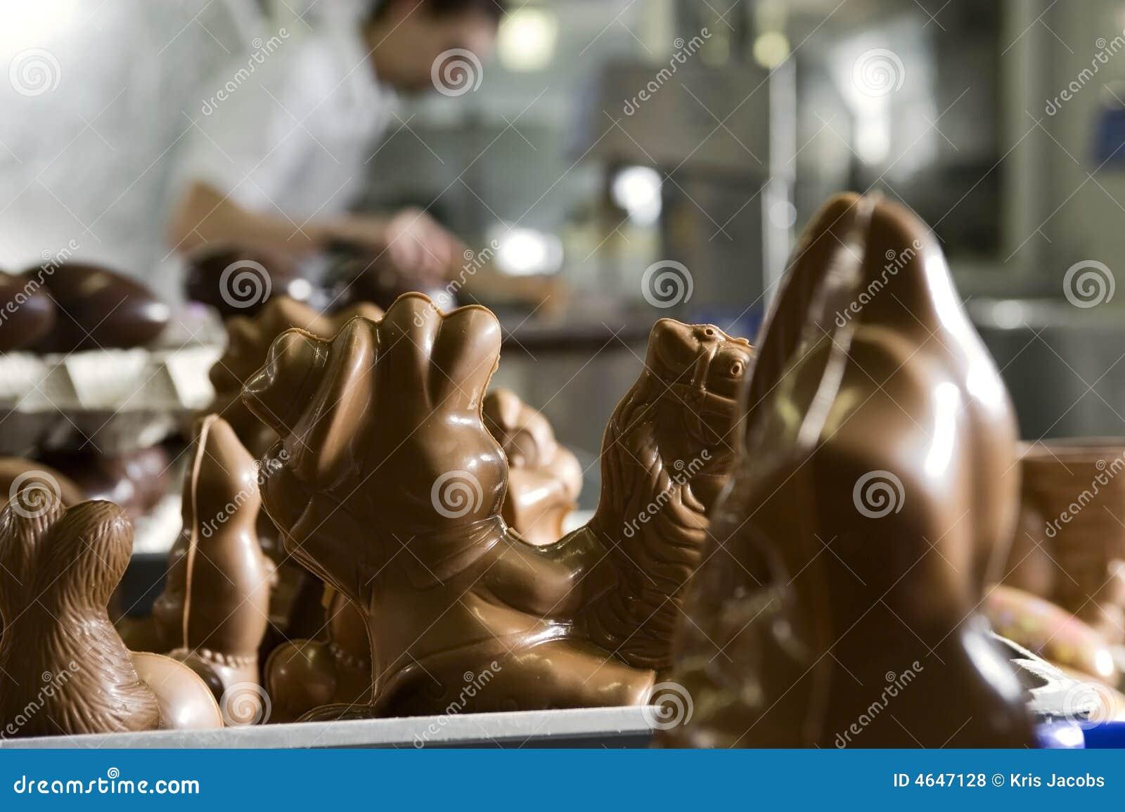 Fazendo figurines do chocolate em uma padaria.