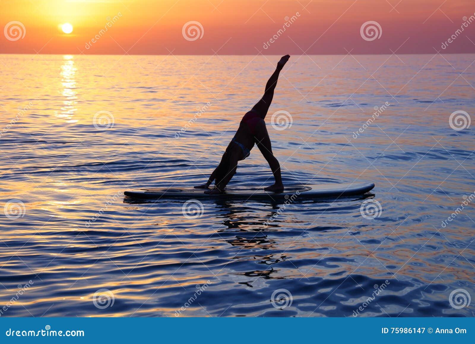 Fazendo a ioga na praia