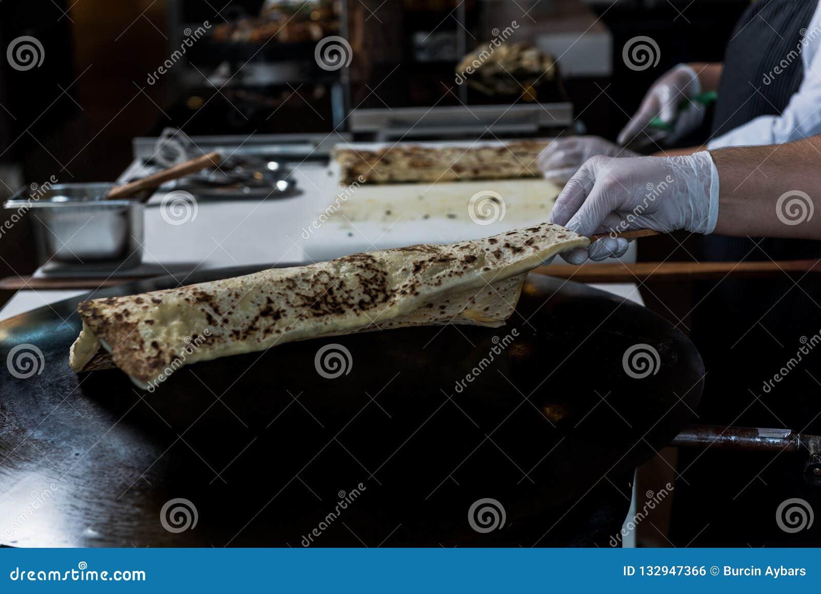 Fazendo a panqueca com queijo para dentro