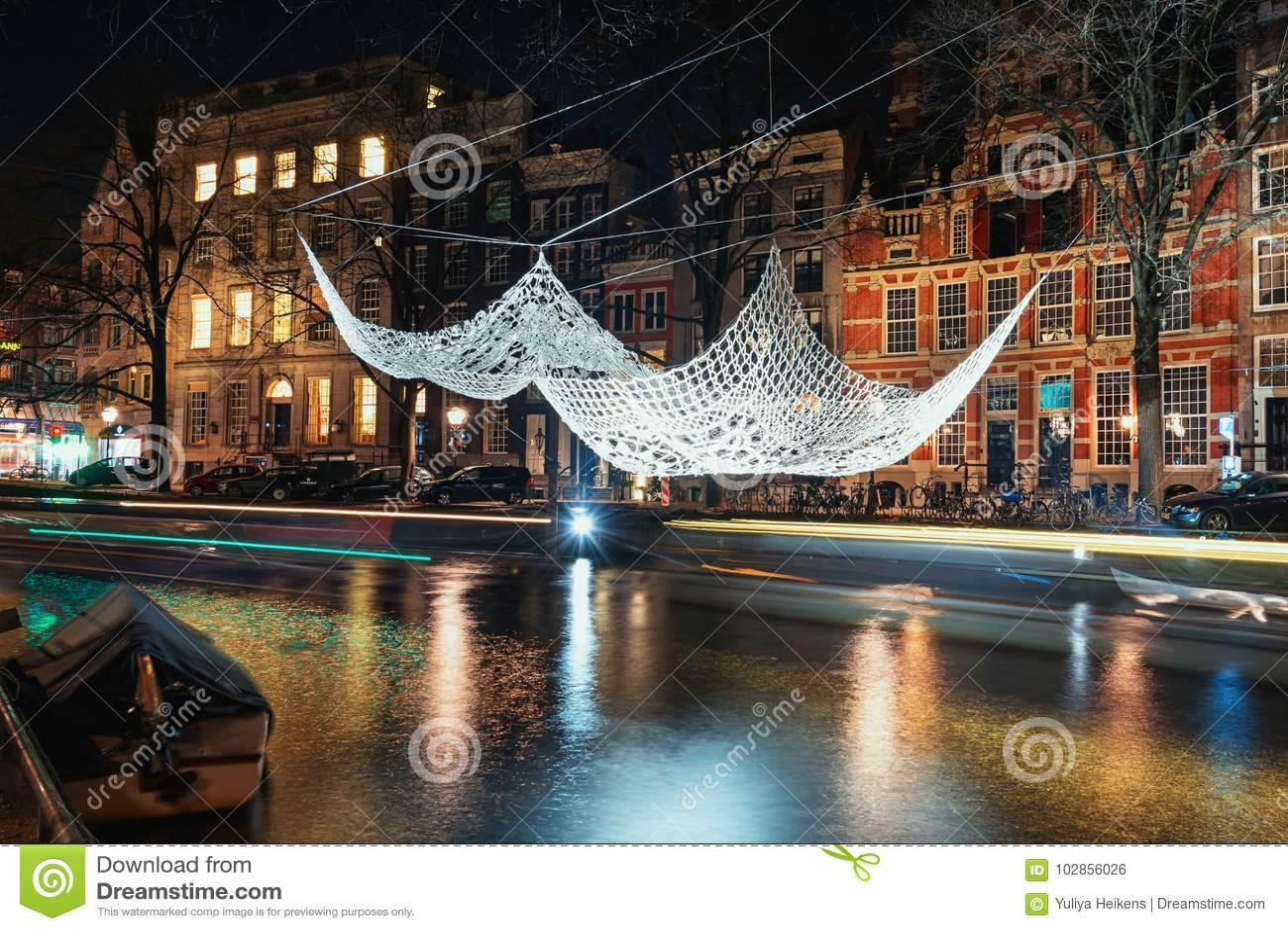 Fazer crochê e iluminou o flutuador gigante da colcha acima de um duri do canal