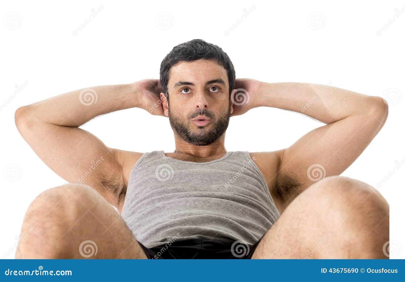 Fazer running vestindo da roupa do homem latin atrativo do esporte senta-se acima ou tritura-se