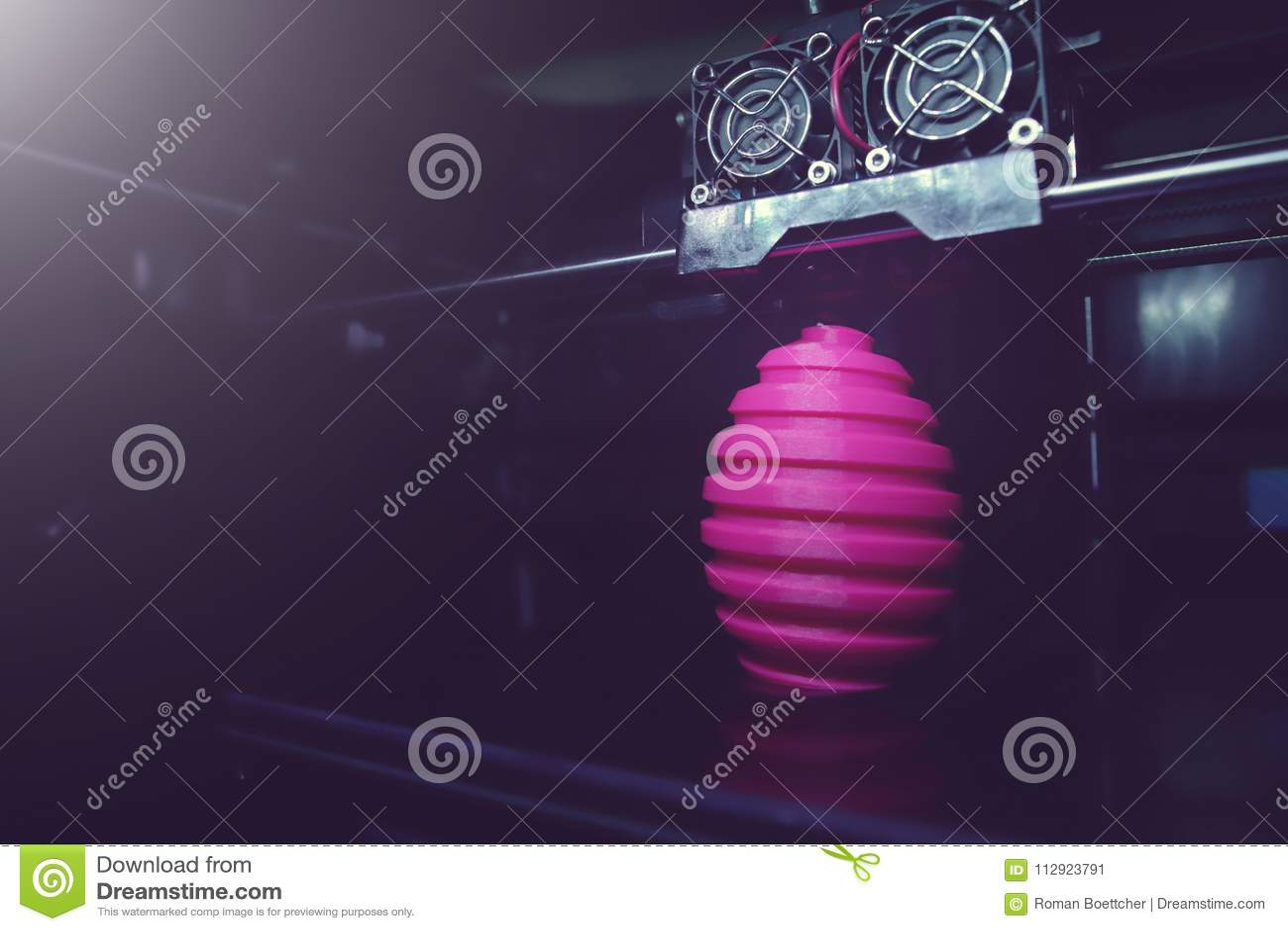 FDM 3D-printer produkci rany menchii Easter jajka rzeźba - szeroki kąta widok na przedmiocie, druk głowie i maszyny sala,