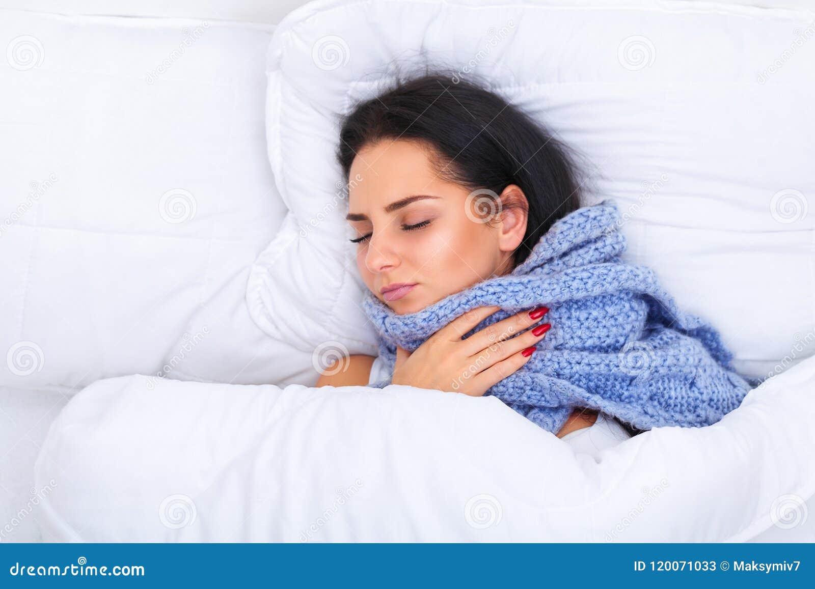Febre e frio Retrato mulher bonita da gripe travada, tendo H