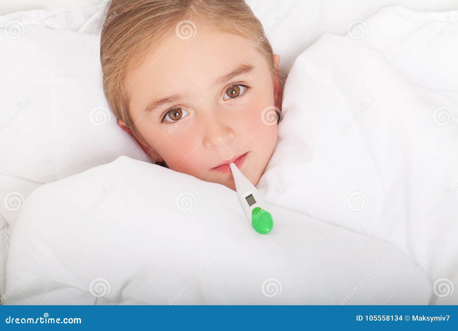 Febre, frio e gripe - medicinas e chá quente em próximo, menina doente mim
