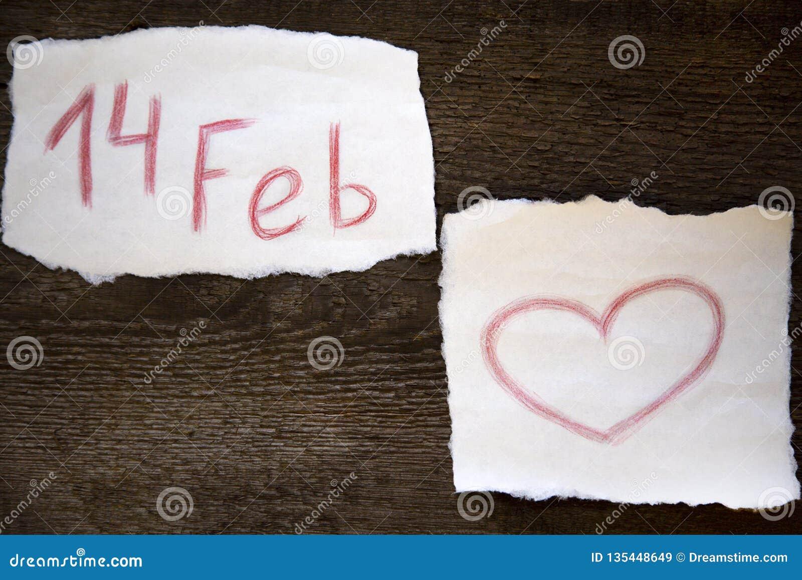 Februari 14 och hjärtan dras i röd blyertspenna på ett ark av papper, allt lokaliseras på ett träbräde