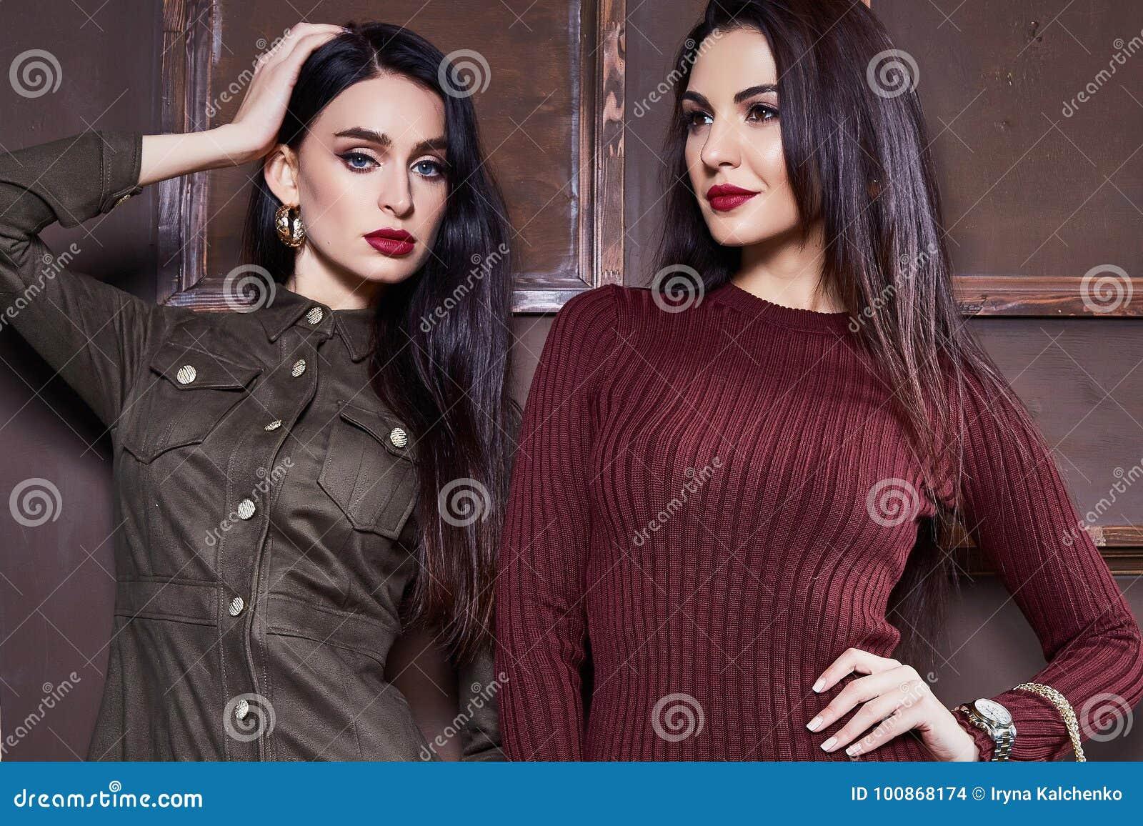 18f926963a Las mujeres atractivas románticas de la belleza de moda del modelo del  encanto de la fecha morena de la actitud perfeccionan la chaqueta de la ropa  de la ...