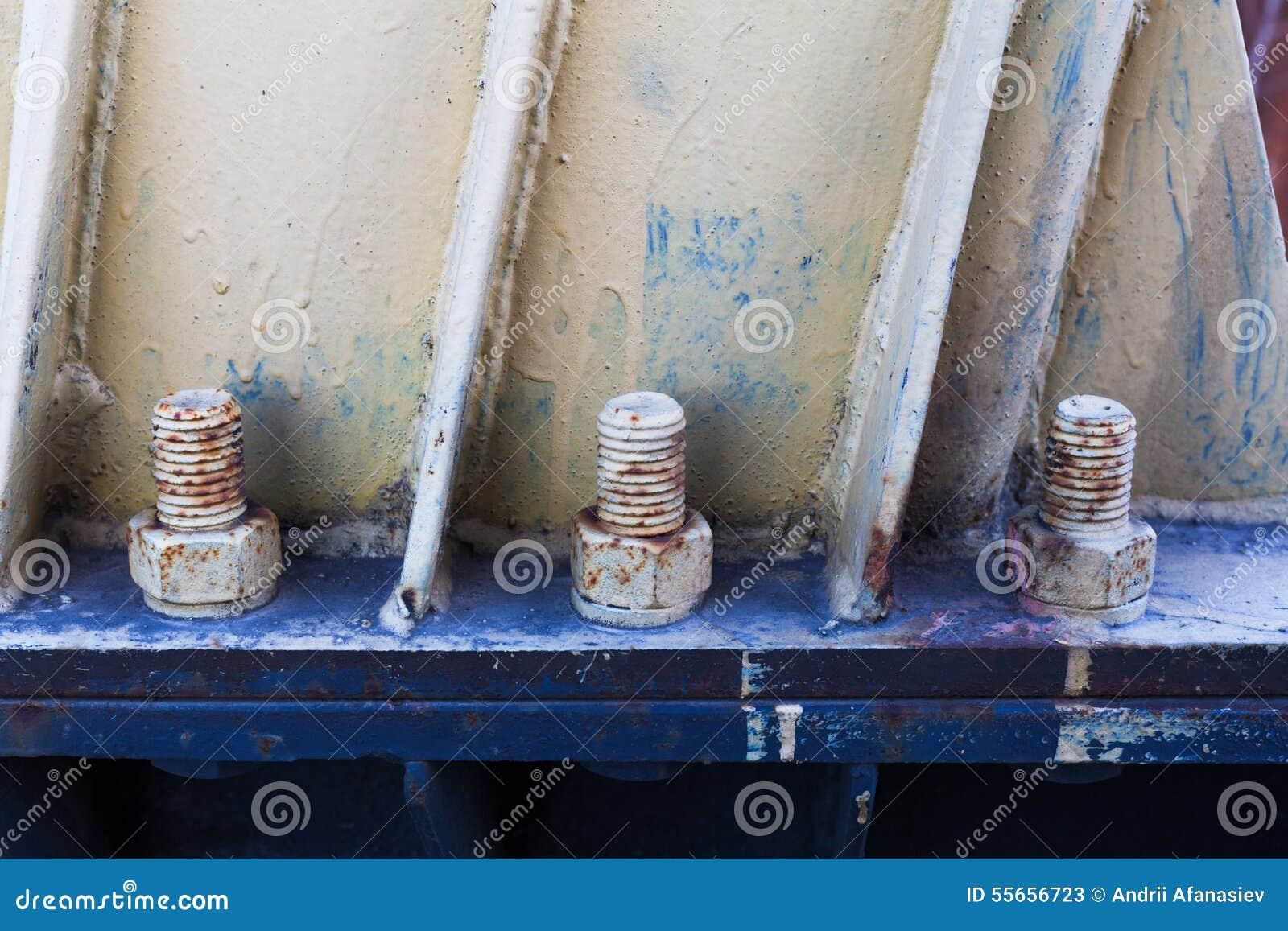 Fechado nuts do metal oxidado grande com parafusos da oxidação e da corrosão