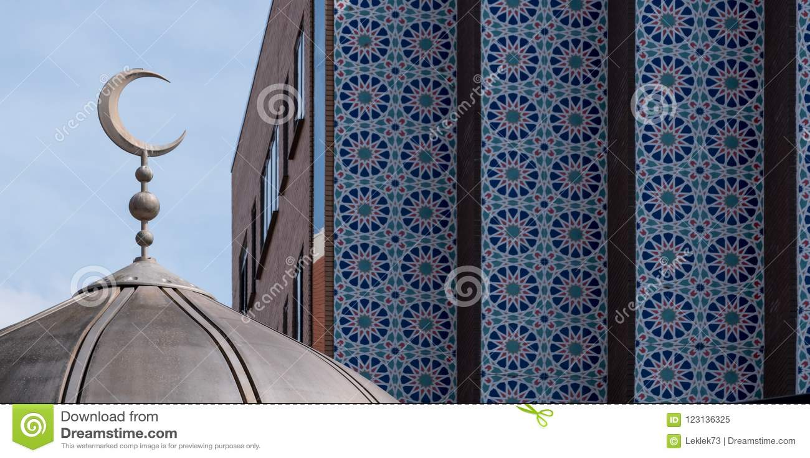 Feche acima da abóbada da mesquita do leste de Londres na estrada de Whitechapel, com as telhas de mosaico do centro muçulmano de