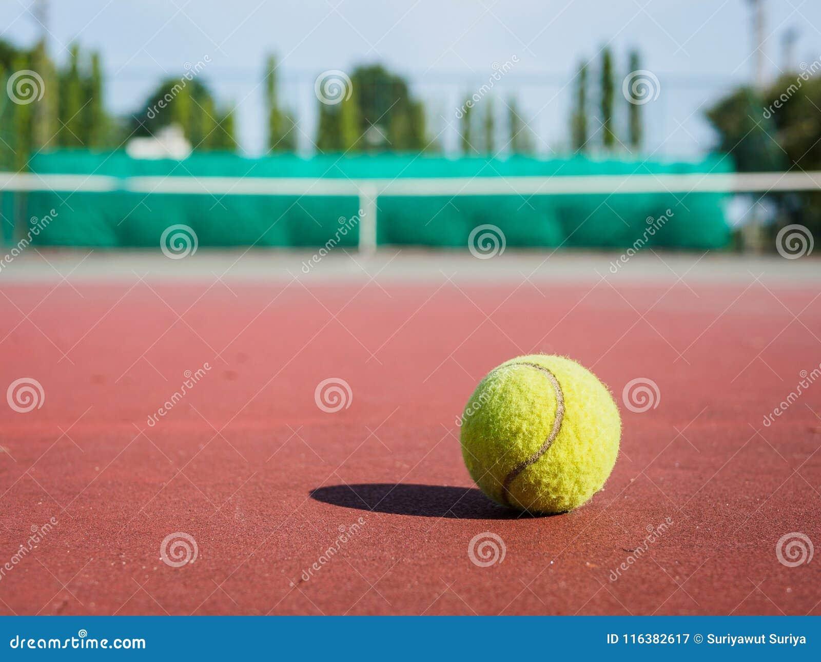 Feche acima da bola de tênis na corte Conceito do active do esporte