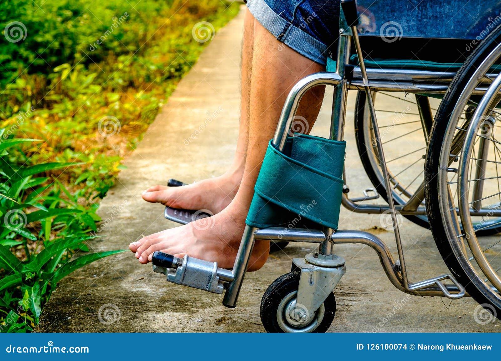 Feche acima da cadeira de rodas deficiente