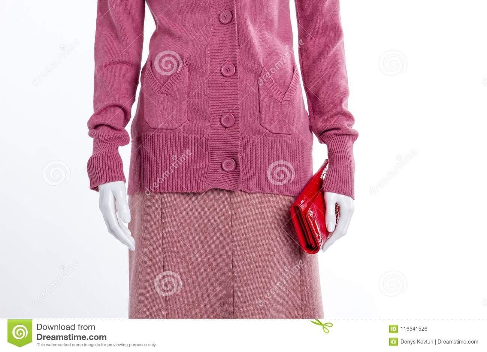 Feche acima da camiseta e da saia cor-de-rosa