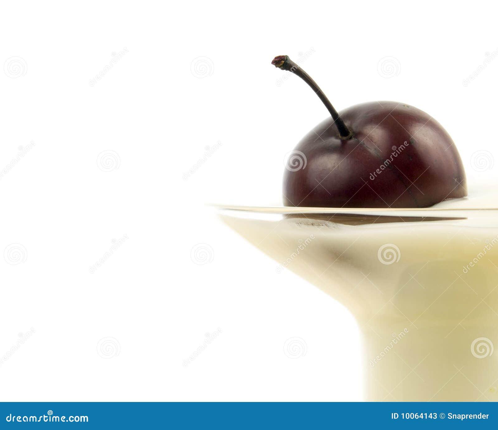 Feche acima da cereja no yogurt