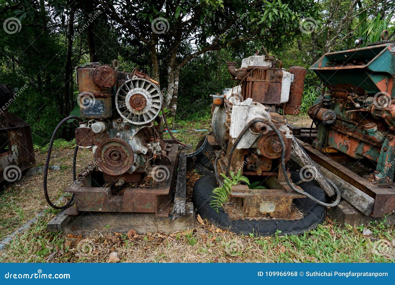 Feche acima da fábrica de máquina velha feita do aço e usada na máquina quebrada e rústica passada deixada sobre no fá do abandon