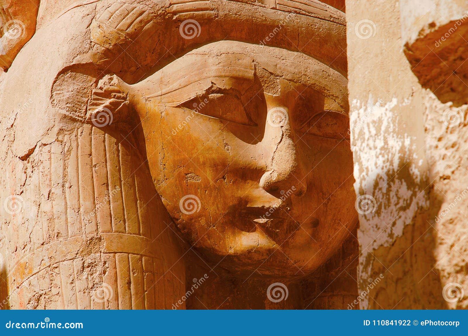 Feche acima da ideia de um ídolo da deusa Hathor, deusa da vaca, situada no terceiro assoalho do templo de Hatshepsut