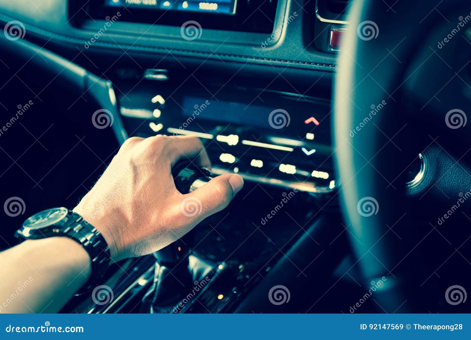 Feche acima da mão no botão manual do deslocamento de engrenagem para o carro co industrial