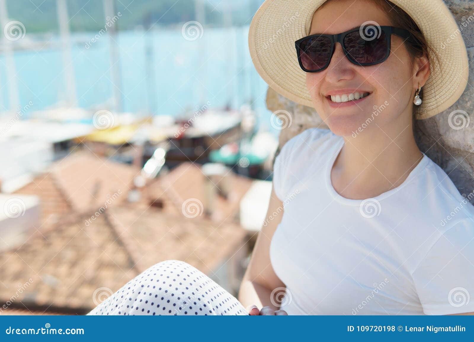 Feche Acima Da Moça Feliz No Chapéu E Nos óculos De Sol Foto de ... f57152b3ef