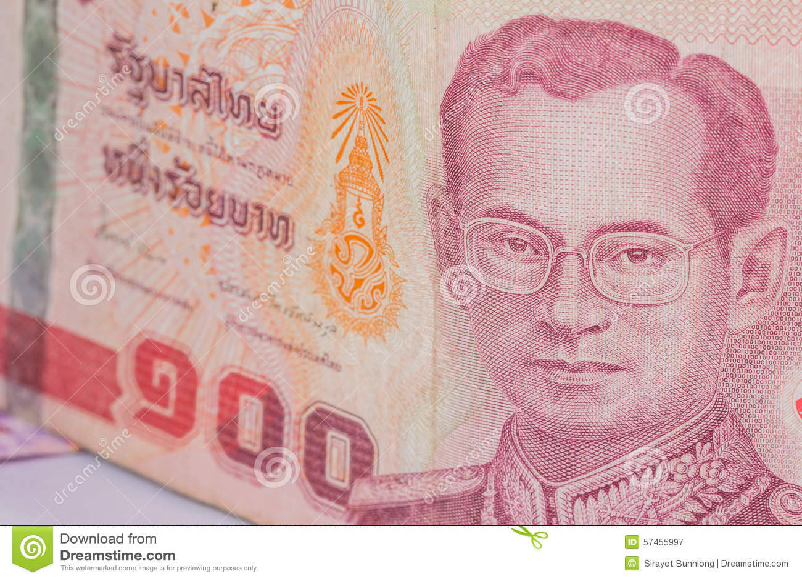 Feche acima da moeda de Tailândia, baht tailandês com as imagens do rei de Tailândia Denominação de 100 bahts