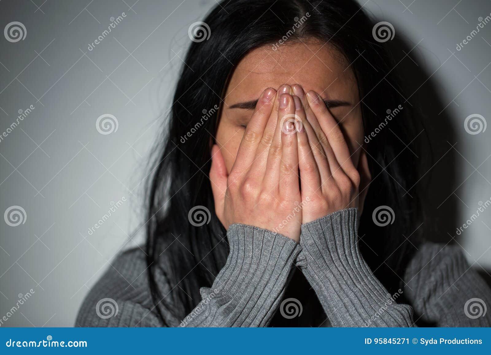 Feche acima da mulher de grito infeliz