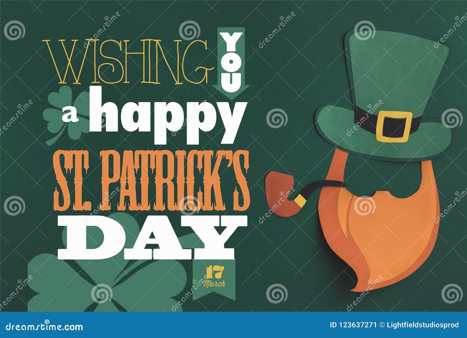 Feche acima da opinião você uma rotulação feliz do dia dos patricks do st no fundo verde